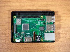 Raspberry Pi 3 Model B+をケースにセット