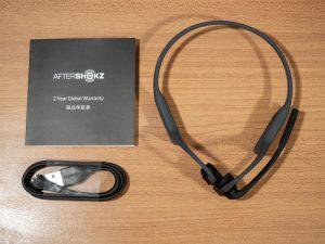 AfterShokz OPENCOMM本体と充電ケーブルおよび保証書