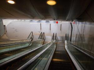 駅に向かう下りエスカレータ